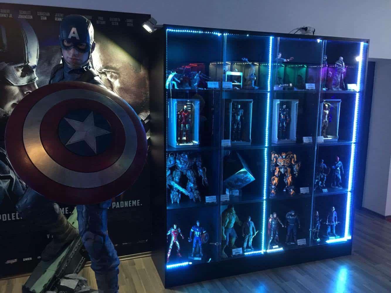 Captain America v životnej veľkosti a vo vitrínach postavy z Avengers a Transformers