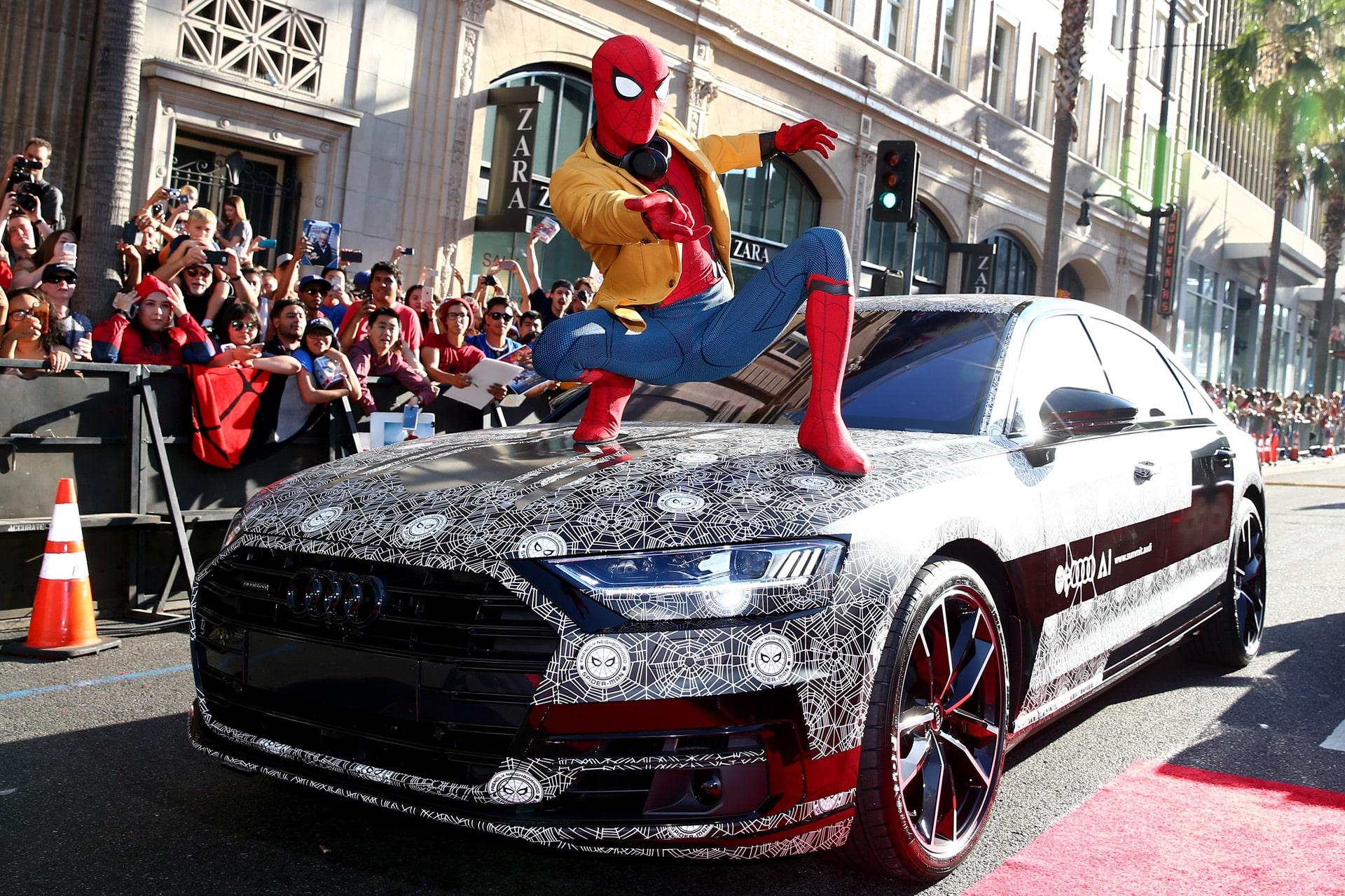 Tom Holland, predstaviteľ Spider-Mana v MCU na premiéru filmu Spider-Man: Homecoming prišiel vo svojom kostýme!