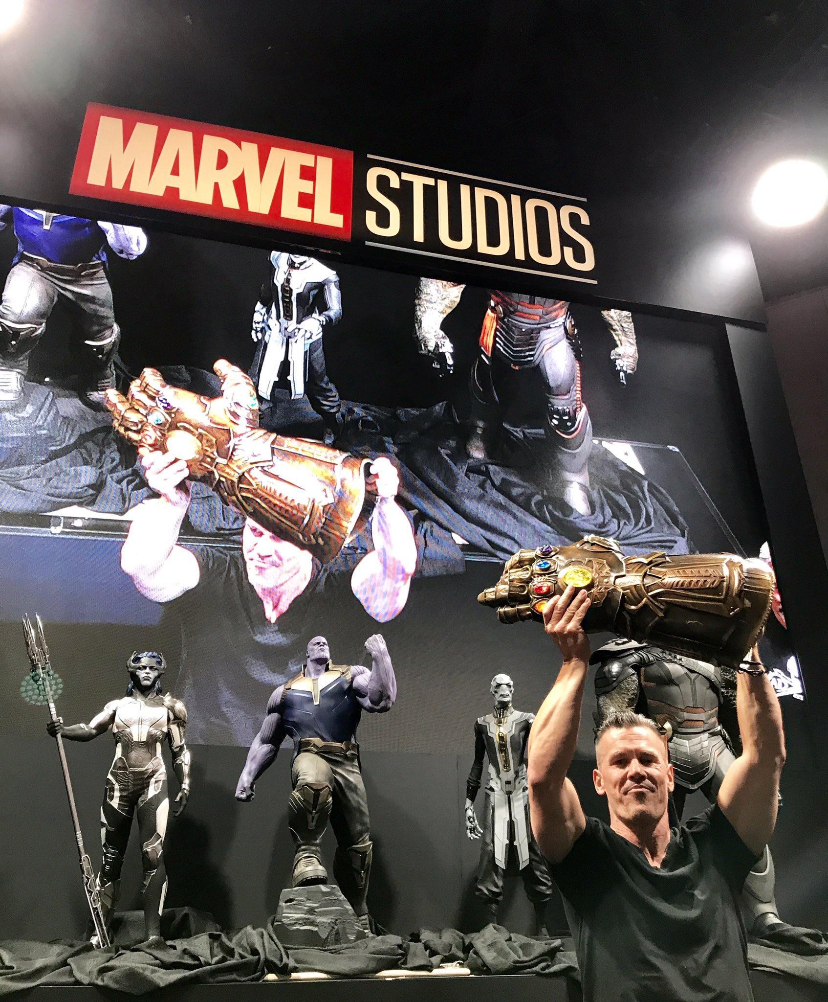 Josh Brolin - predstaviteľ Thanosa so svojou Infinity Gauntlet pred sochami!